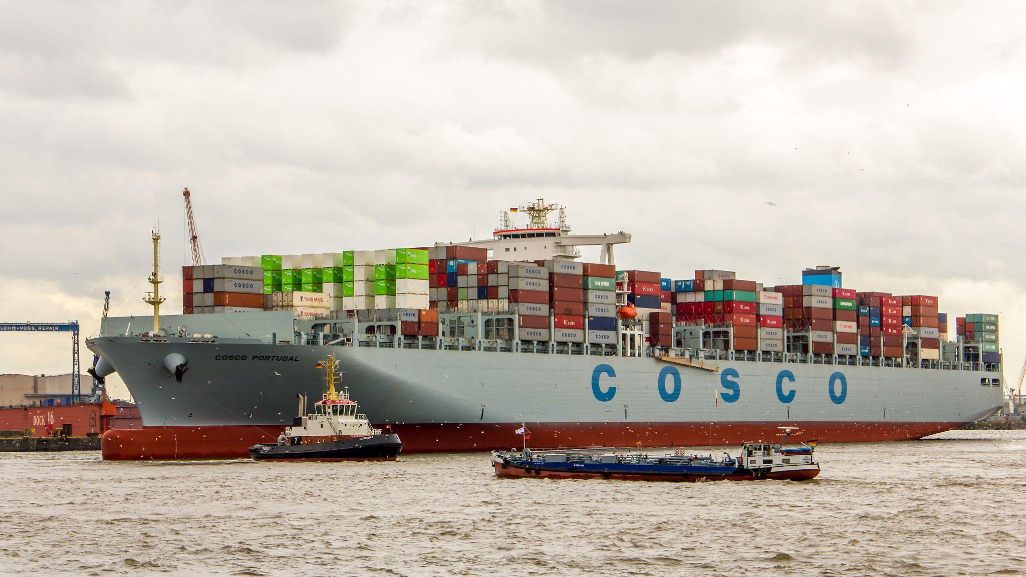 COSCO PORTUGAL in the Port of Hamburg by Michael Schloz on 500px. #Tollerort #hamburg #hamburgerhafen #portofhamburg #hafen #port #COSCO #COSCOPortugal #Schlepper #Elbe #Containerschiff #containership #container