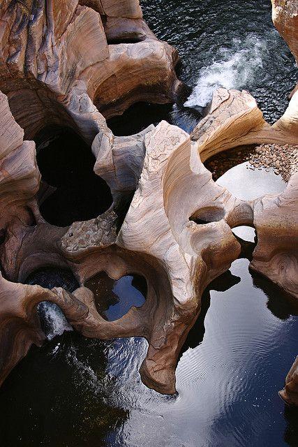 De indrukwekkende Bourke's Luck Potholes zijn ontstaan door het samenkomen van de Blyde River (rivier van het geluk) en de Treur River (rivier van het verdriet). Het zijn bizarre cilindervormige gaten waaruit de eerste goudzoekers enorme hoeveelheden goud omhoog haalden.