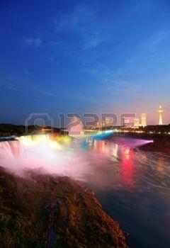 Niagara Falls iluminado por la noche con luces de colores photo