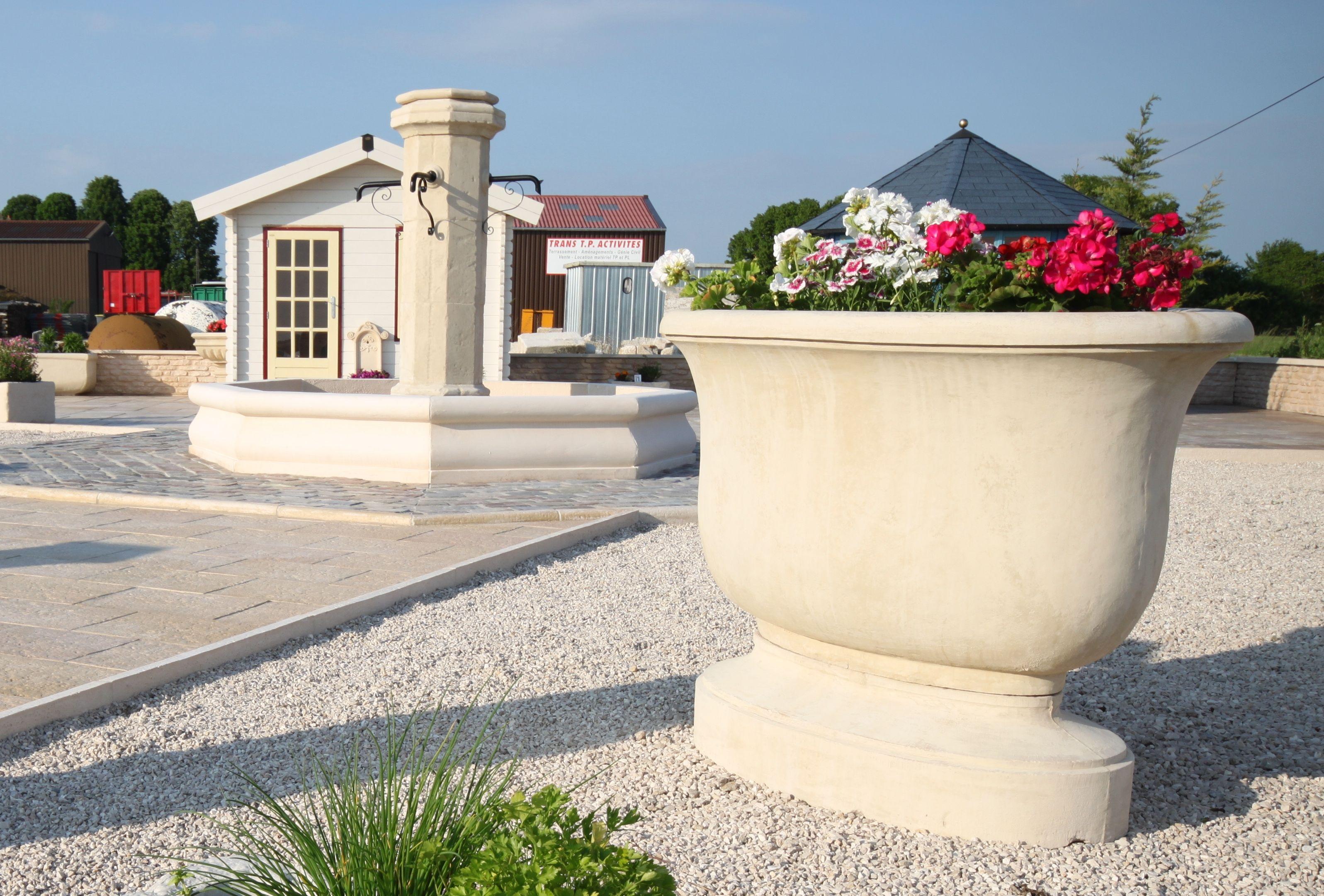 Grande vasque de jardin en pierre reconstituée, sur pied ...