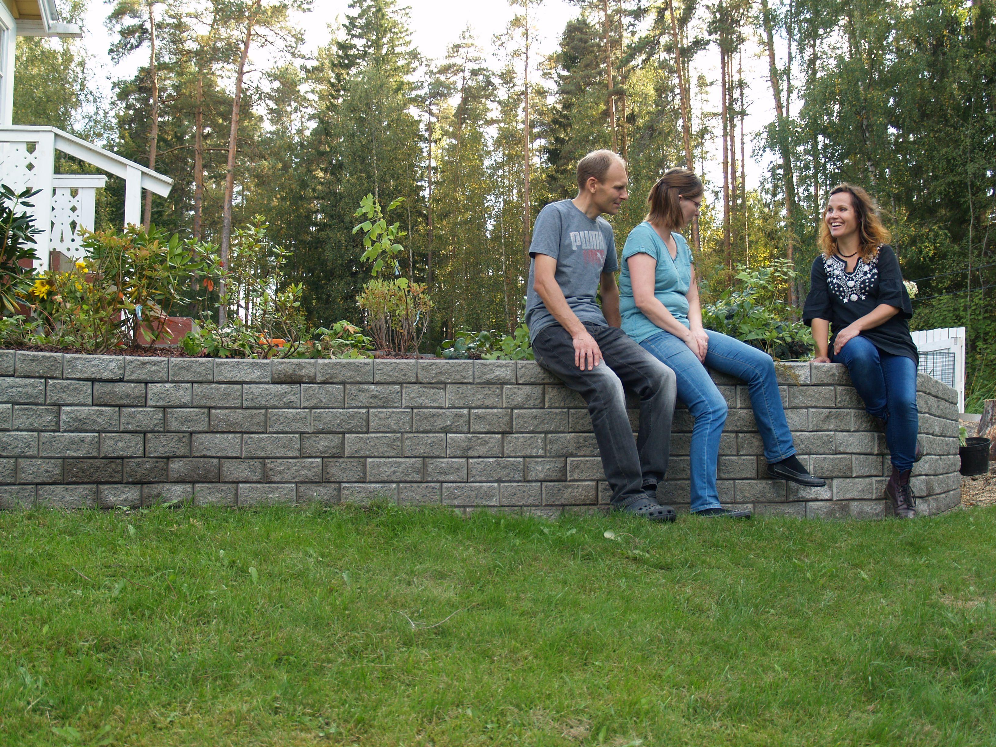 RudusPiha Facebook seurantakohde 2014. Harmaan Muurikko-muurin päällä on mukava istuskella. http://www.rudus.fi/pihakivet