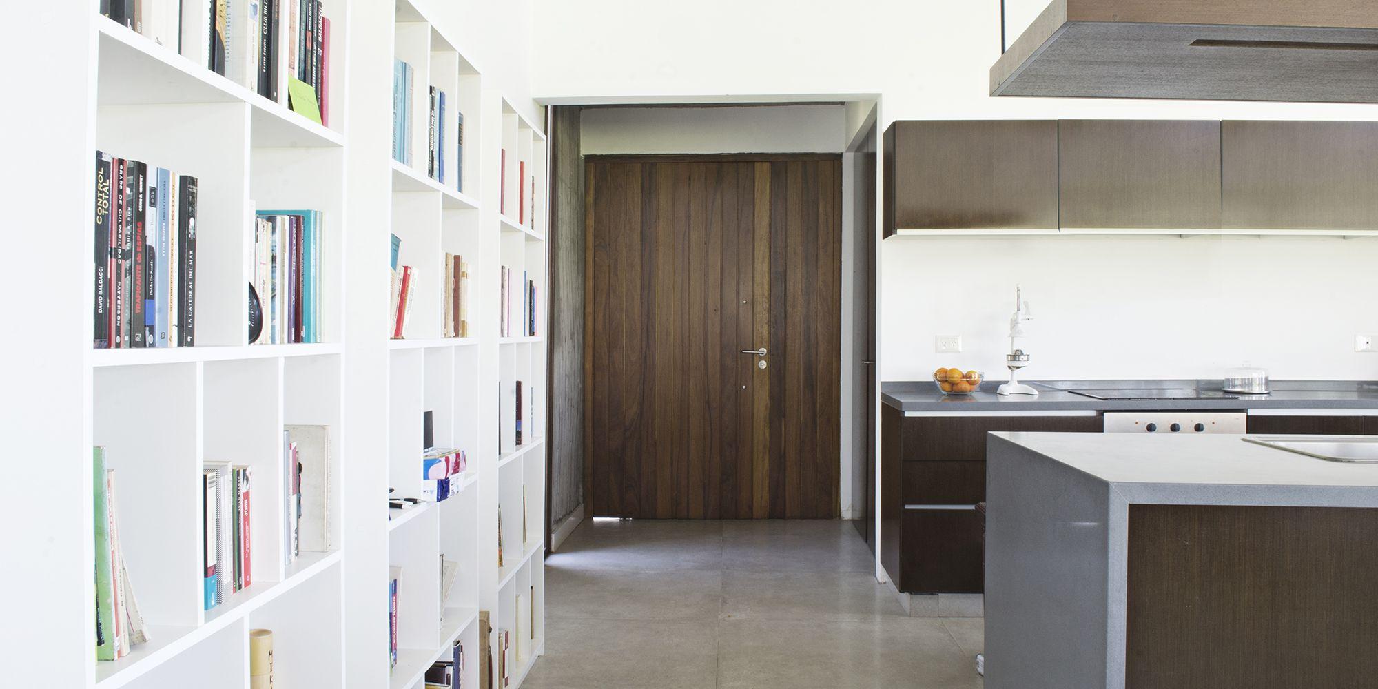 Casa CL: Cocina moderna con barra integrada al living-comedor