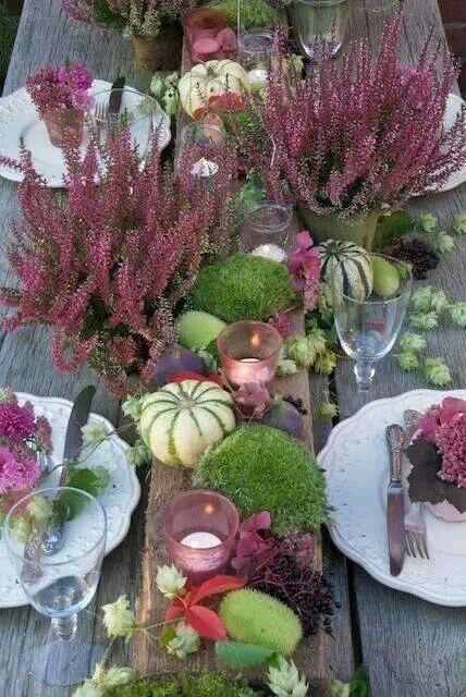 Herbstliche Tischdekoration mit Heidekraut und Kürbissen #dekoration