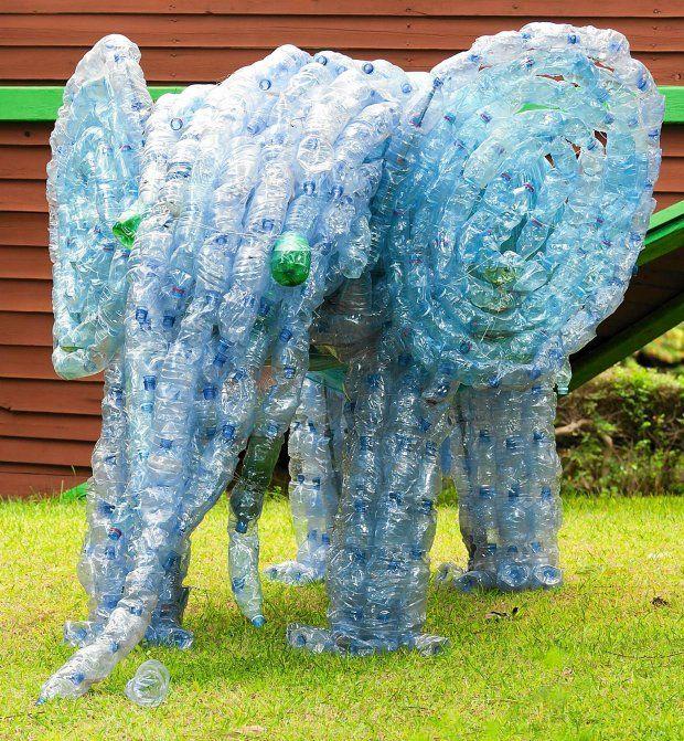 Zdjecie Nr 4 W Galerii Plastikowe Butelki 24 Pomysly Jak Wykorzystac Butelki W Ogrodzie Plastic Bottle Art Recycle Plastic Bottles Recycle Sculpture