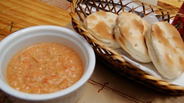 Entradinhas chilenas -- Sempre com pães, tomate e coentro!
