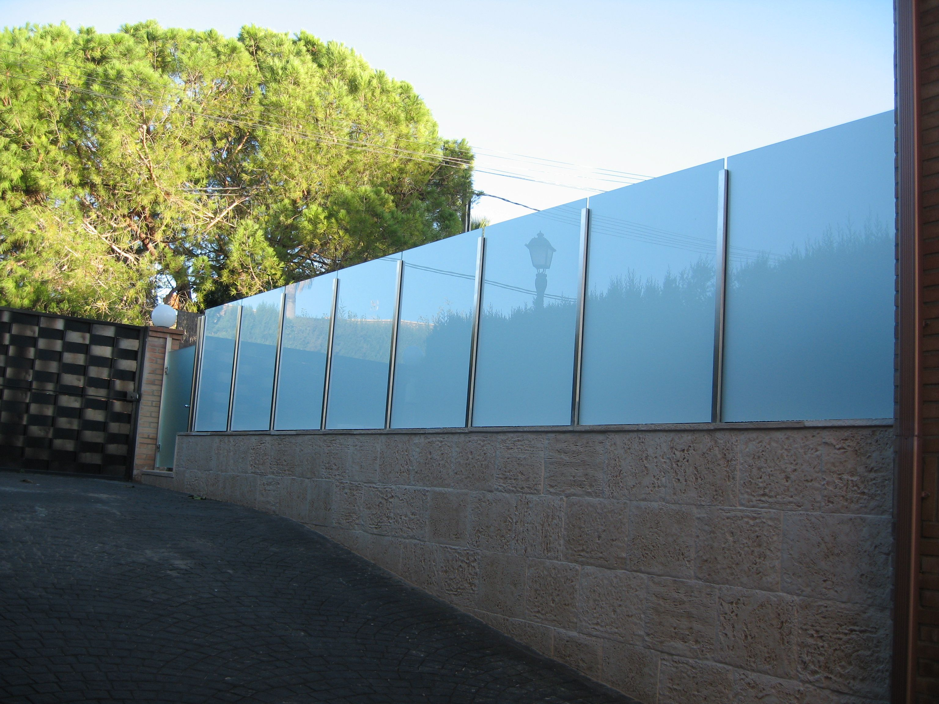 Valla formada por ejes de acero inoxidable y cristal laminar mate blanco barandillas acero - Vallas de acero inoxidable ...