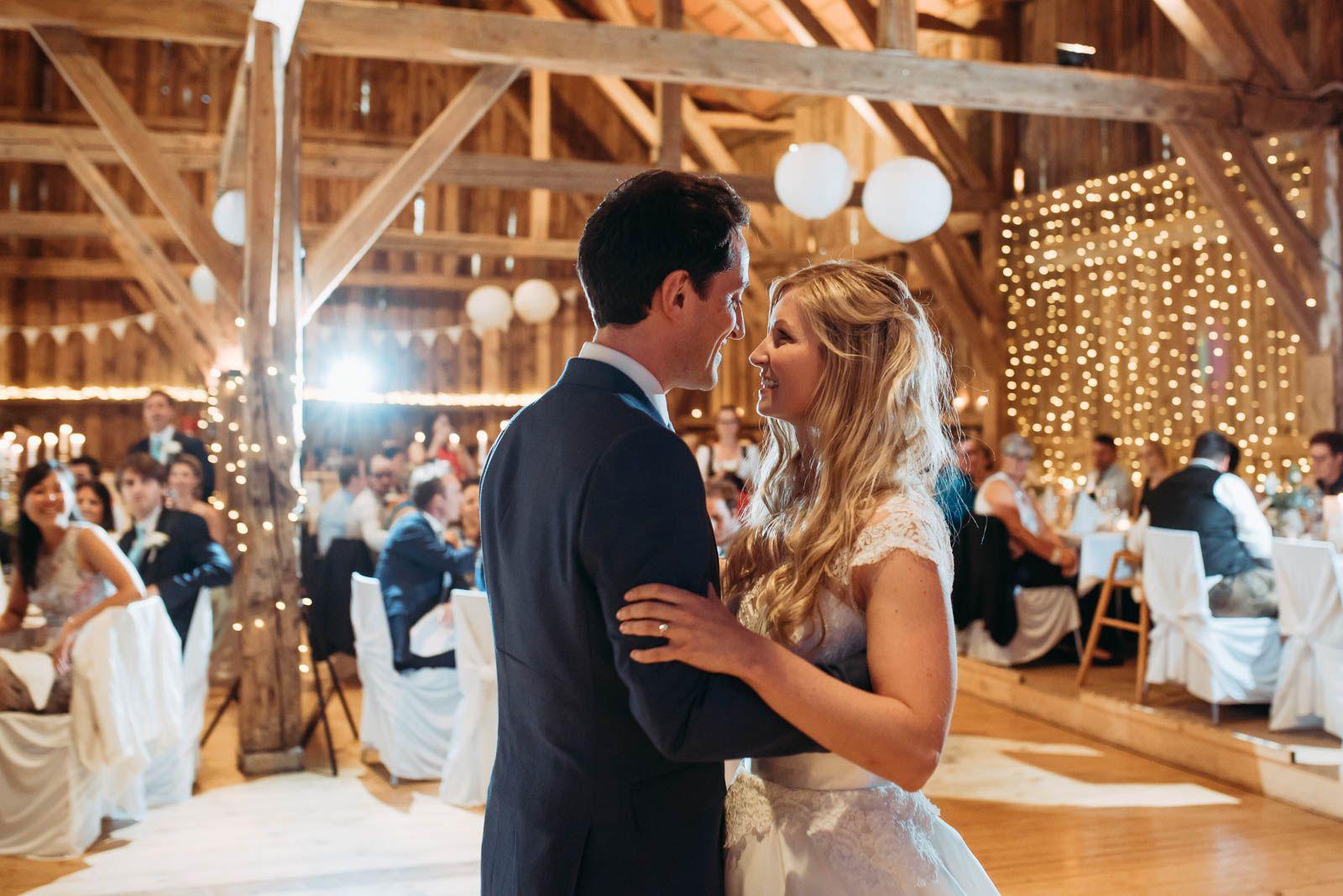 Romantische Scheunenhochzeit Im Wildberghof Buchet Mit Lichterketten Von Nadine Lorenz Fotografie Scheunen Hochzeit Hochzeit Hochzeit Deko