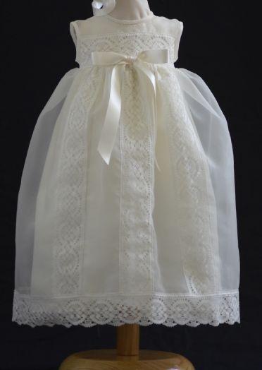 8c5e98ce0 Conjunto unisex de bautizo · Faldón y capota beige · Tejido organza con  puntillas de bolillos también en beige · Dos tallas 3 y 6 meses · Gran  calidad