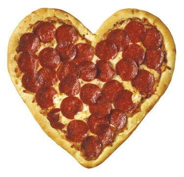 ideas dia del amor y la amistad, una pizza con forma de corazón