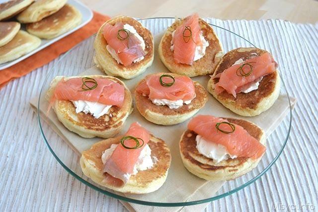 I blinis sono una specie di focaccine tonde e gonfie, una specie di pancakes salati, tipici della cucina russa. I blinis vengono serviti da soli come pane