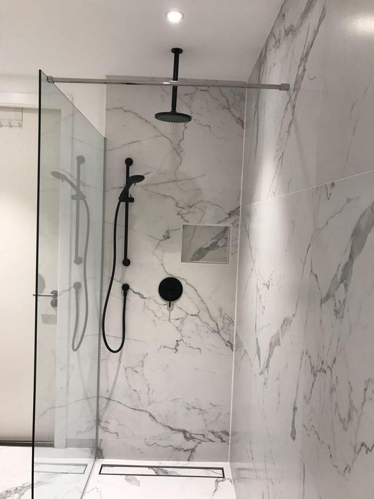Resultaatfoto van een badkamer met onze Cararra Marmerlook tegels ...