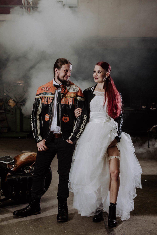 Tüllrock zum kurzen Brautkleid bei Biker Hochzeitsinspiration