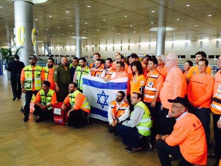 Cooperación internacional israelí, ya in situ: Nepal. Terremoto abril 2015. En la imagen, uno de los primeros equipos que volaron de inmediato al país del Himalaya. En total, en 24 horas: dos aviones 747 de ELAL al completo, más provisiones y más recursos en camino.