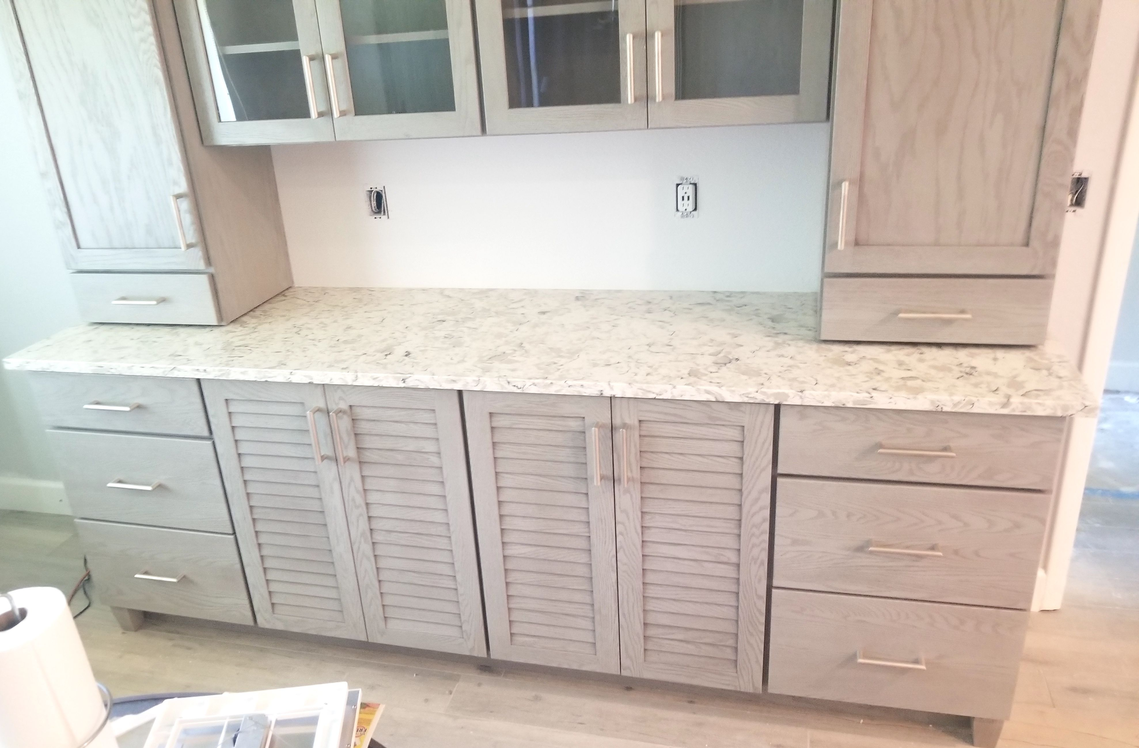 Magnificent Selinas Phoenix Quartz Used For Countertop With Polished Light Beige Cabinets Giving It A Nice Sleek Look Beige Cabinets Countertops Light Beige