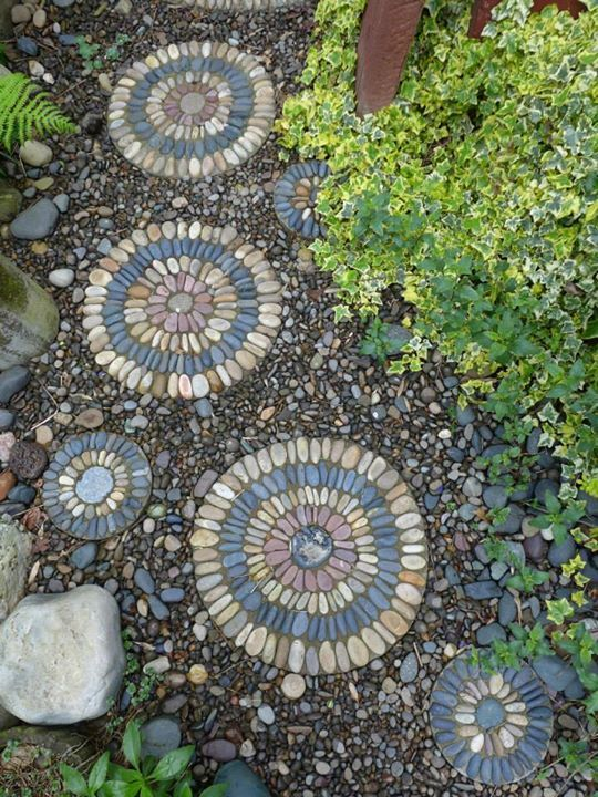 Pebble mosaic stepping stones for Garden mosaics designs