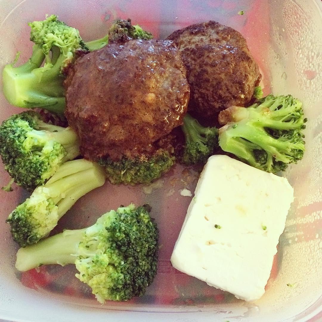 Biffar broccoli & fetaost i matlådan. #lchf #lowcarb #lowcarbhighfat #lavkarbo #lchfklubben #lchfsverige #liberallchf #lchfkostfunkar #lågkolhydratskost #lågkolhydratkost #lchflunch #glutenfree #glutenfritt by elins_lchf