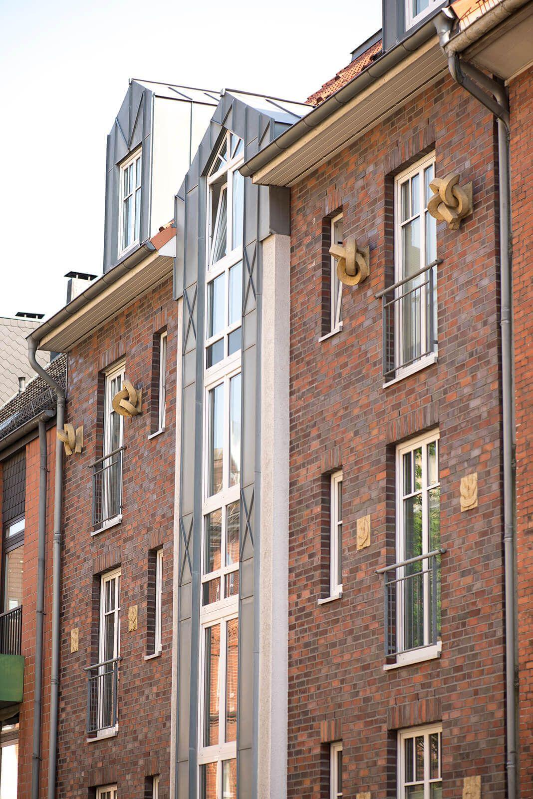 Kiel Wurden früher die Fassaden von Häusern oft üppig mit Stuck ...