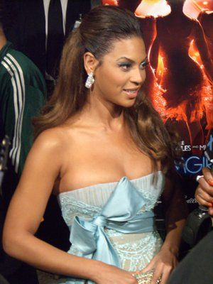 Hello Beyoncé! Lovely in a teal Elie Saab gown