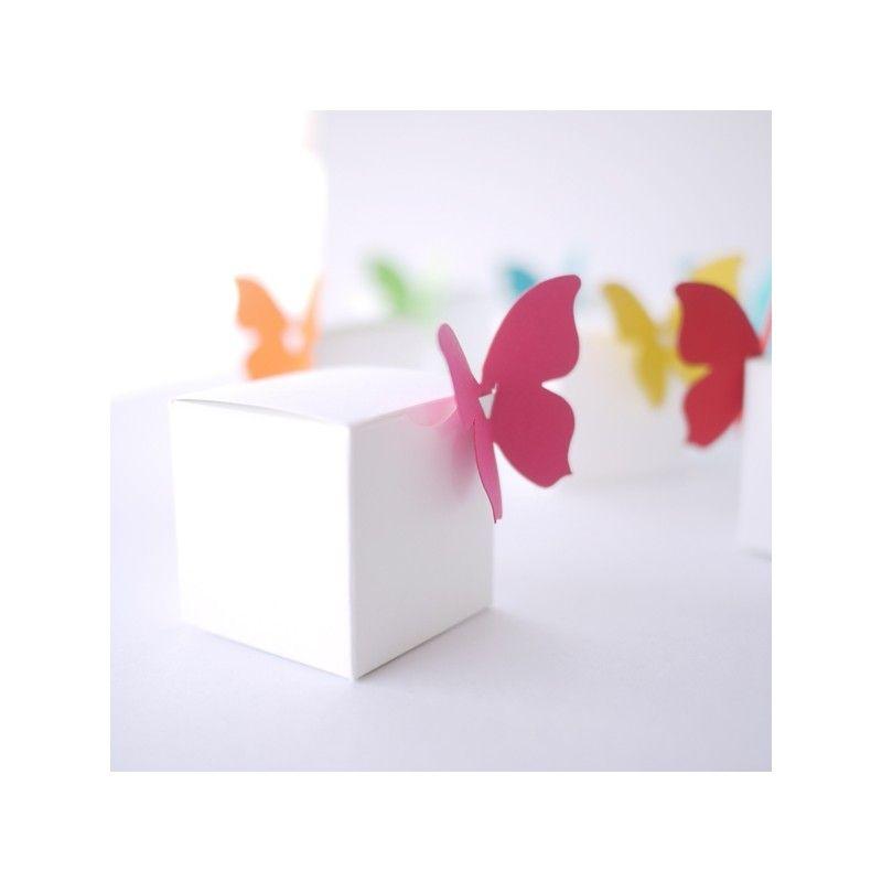 Boitesblanches et autant depapillons colorés, à clipser. La boite mesure 4,5 x 4,5 cm. Nous vous conseillons de prévoir 30 g de dragées par boîte, c'est à ...