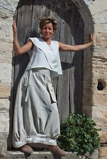 Spirit of Provence for this pure linen outfit Short white top that shows a high Spirit of Provence for this pure linen outfit Short white top that shows a high