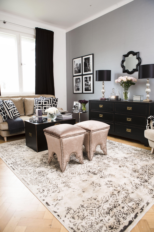 Ein kleines Wohnzimmer zeigt mit Metallic Details soften Tönen und