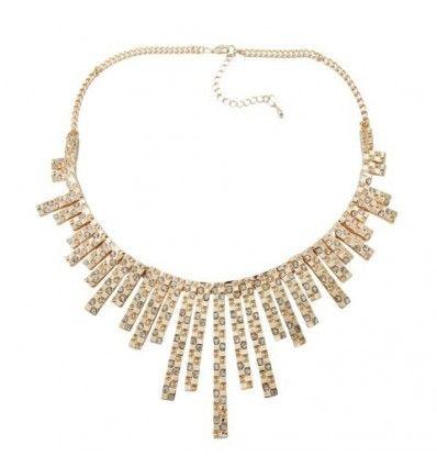3e833a8c36d9 Collar tipo gargantilla con base color dorado con eslabones rectangulares  en diferentes tamaños con incrustaciones de cristales.