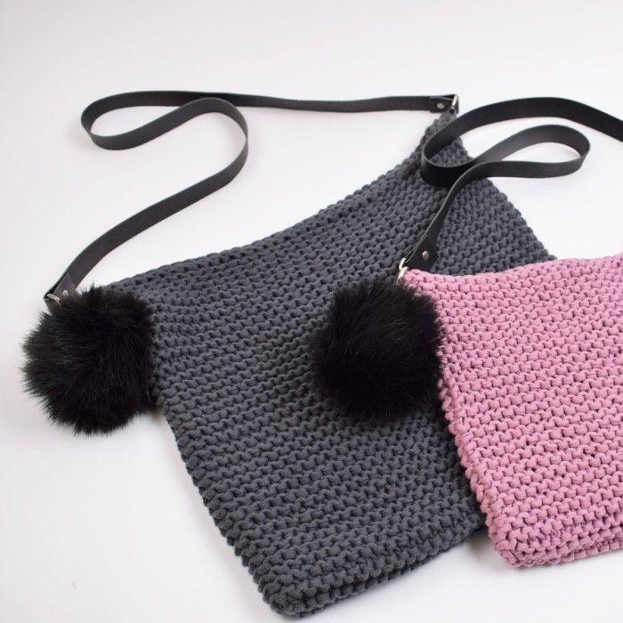 2a3b5fa8df0 Lækker retstrikket taske, strikket i vores Ribbon båndgarn som er 100 %  blød bomuld. Tasken er lavet i 2 størrelser og piftet op med en flot pompon  ...