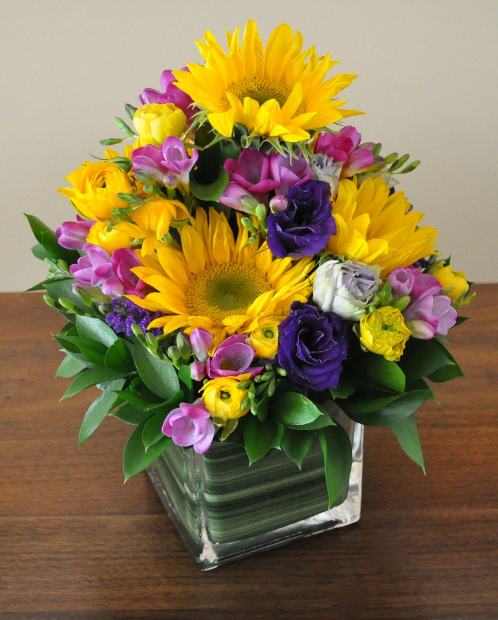 A Floral Table Centerpiece For A Home Party With Friends Fresh Flowers Arrangements Home Flower Arrangements Beautiful Flower Designs