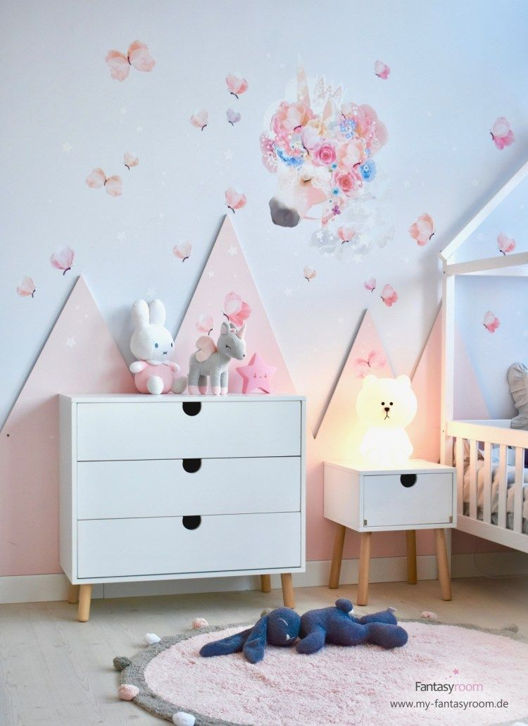Rosa Berge im Kinderzimmer mit Einhorn Wandtattoo Kinder