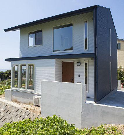 外壁をブルーブラックとホワイトの2色に塗り分けました 見る角度