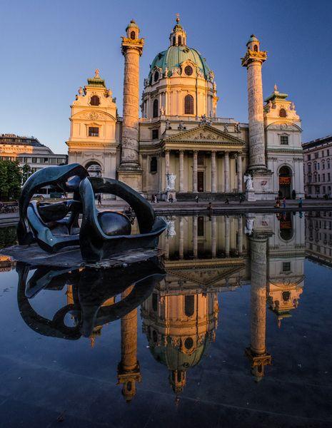 Karlskirche in Wien zur Blauen Stunde