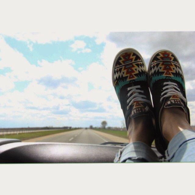 Zapatillas de cordones Archer BUCKETFEET Un estampado geométrico define el estilo de estas zapatillas de cordones de línea clásica de lona negra, diseñadas por el artista californiano Archerone.  Muy fáciles de combinar! La misión de BucketFeet es proporcionar una plataforma única para el talento artístico de todo el mundo, y según el cual los artistas perciben una parte del precio de venta de las zapatillas que diseñan.  http://www.seraphita.es/p/1698/zapatillas-de-cordones-archer