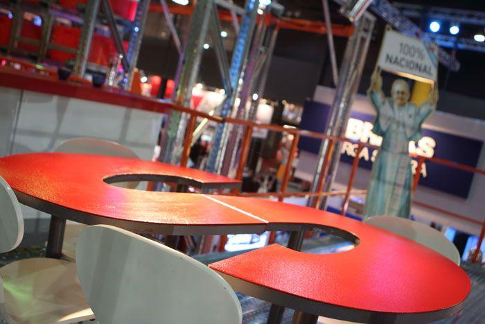 Mesa en S, parte de nuestro #mobiliario de #diseñopropio. http://sotic.com.ar/trabajos-recientes/trabajos-recientes/n/nuestra-identidad-desarrollos