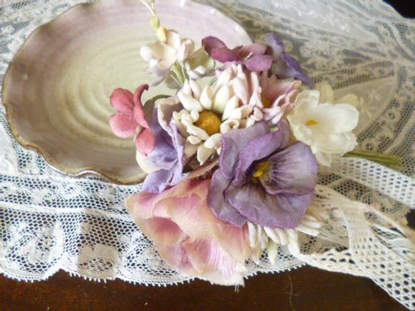 野薔薇とパンジー、すみれ、デージーなどのお花達を束ねコサージュをお創りしました。シックなお色です。野薔薇は色を重ねアンティーク染めにしてみました。多色使いのコ... ハンドメイド、手作り、手仕事品の通販・販売・購入ならCreema。