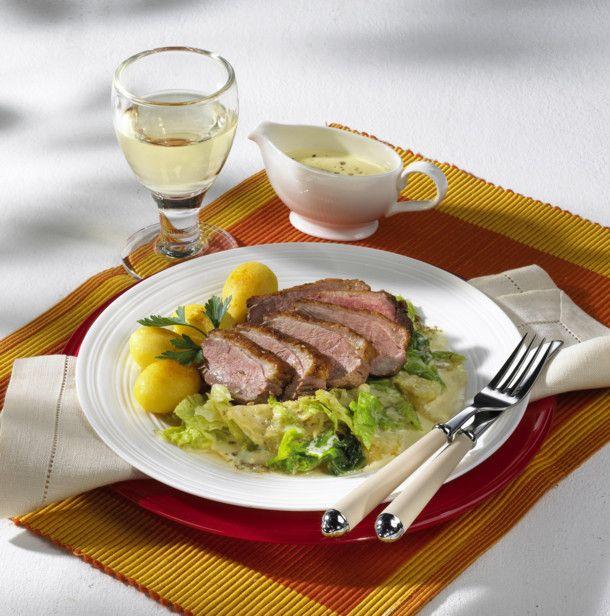 Unser beliebtes Rezept für Entenbrust auf Rahmwirsing und mehr als 55.000 weitere kostenlose Rezepte auf LECKER.de.