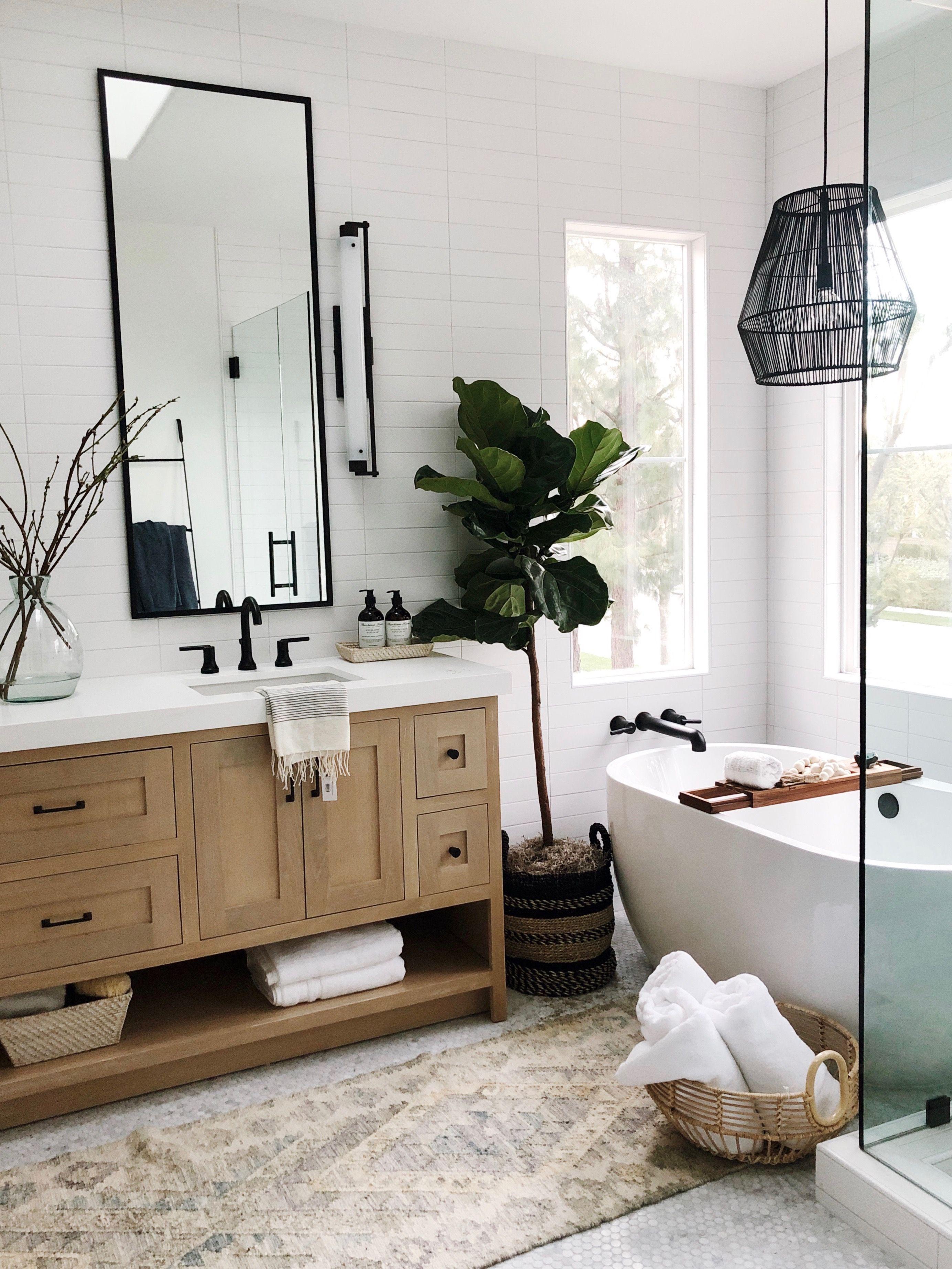 Photo of Modernes traditionelles Badezimmer mit schwarzen matten Kontrastarmaturen und marokkanischem Teppich ….