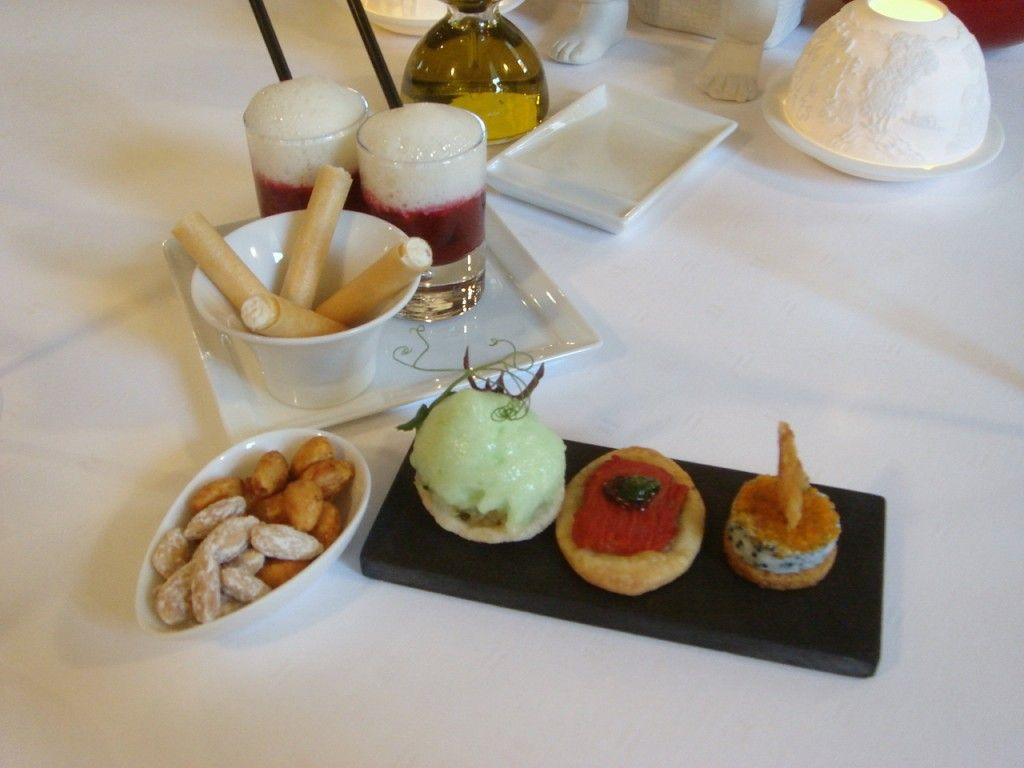 On the plate, from left to right, there was a light and refreshing swordfish on crab bread with green apple foam; a tomato tartlet with pest...