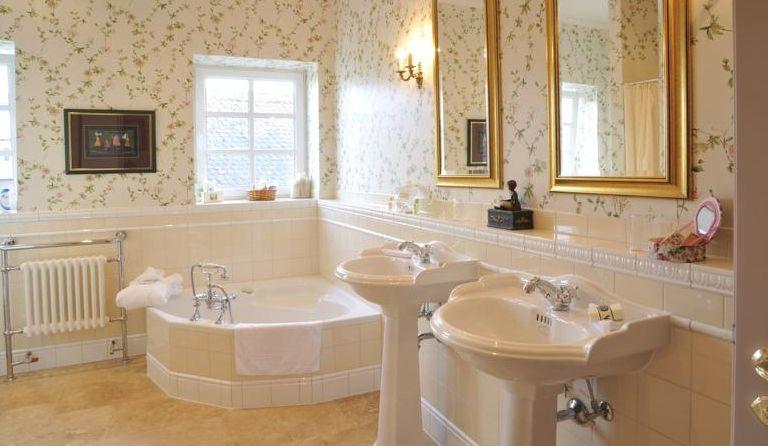 Sehr stilvoll gestaltetes Badezimmer im Nostalgiestil ...