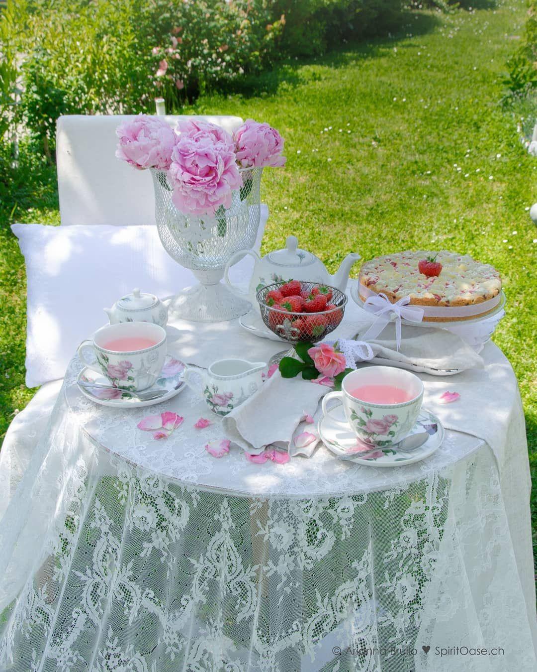 Schattenspendende Bäume....die Sonne, die unser Körper erwärmt und durch ihr Scheinen ein Lichtspiel inszeniert... wunderschöne Gärten und ein liebevoll gedeckter Tisch im Shabby Chic Look... der Duft von frischgebrühtem Rosen-Tee und selbstgebackenem Erdbeer-Limette Sträuselkuchen... Ein Traum ???? Lass ein wenig Romantik in Dein Leben fliessen. ????�% #gedecktertisch