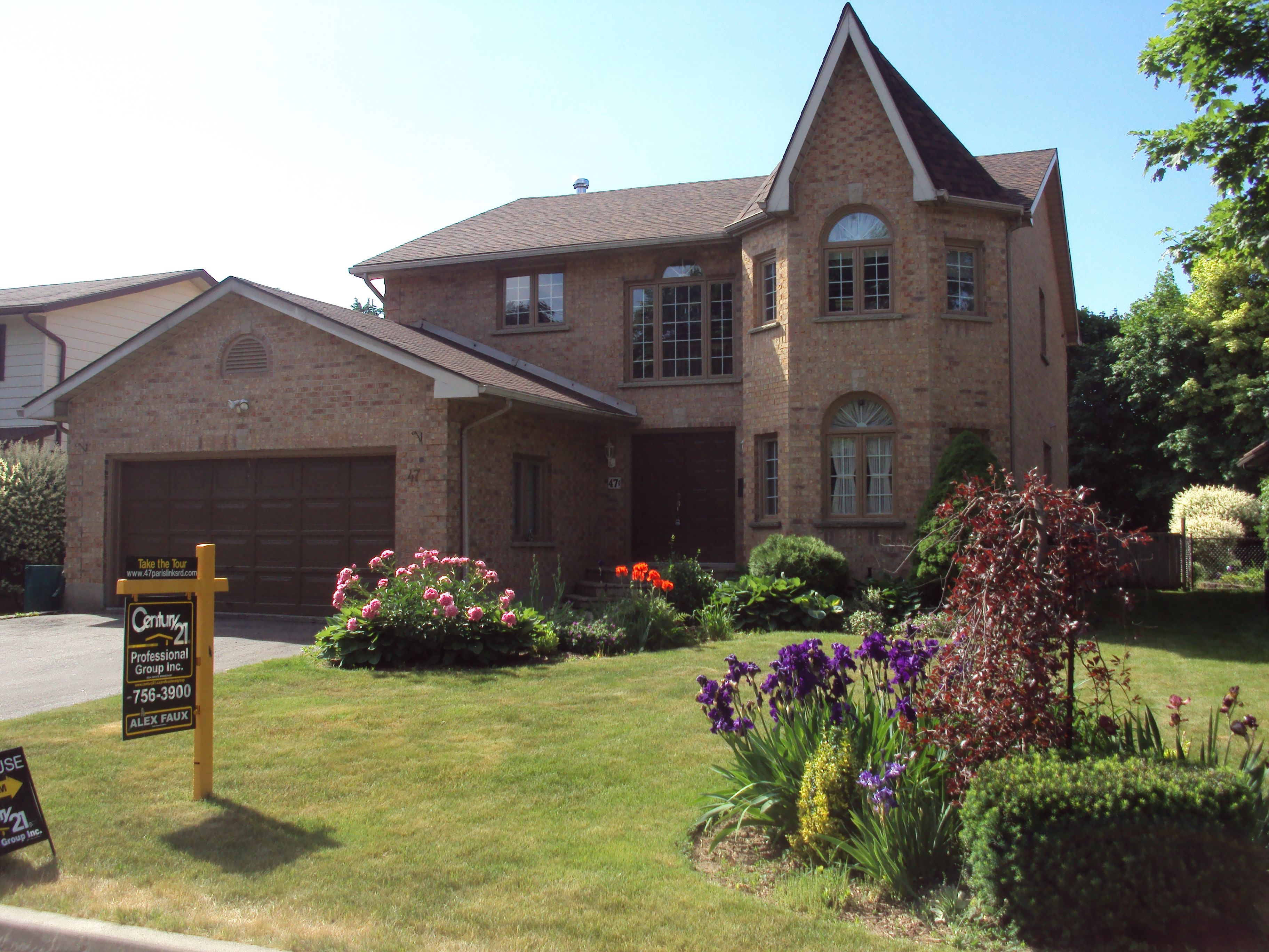 Clean well maintained curb appeal turns drivebyes into