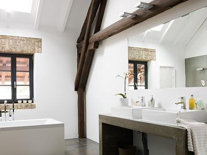 Bauernhof umgebaut zum Loft Geräumiges Badezimmer Scheune