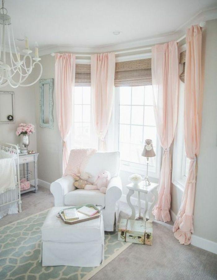 couleur mur gris perle, rideaux rose, canapé, tabouret et lit bébé ...