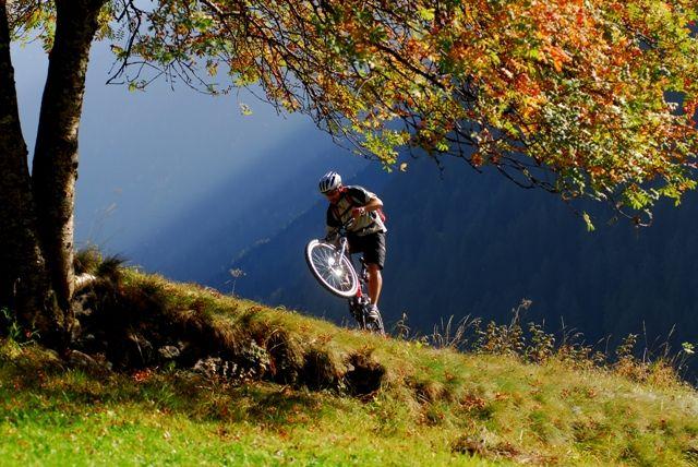 Partite in sella alla vostra #mountainbike alla scoperta delle splendide atmosfere #autunnali che ci offre il #Trentino!