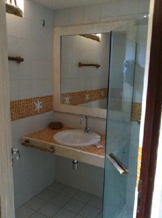 Pequeno banheiro nas suítes