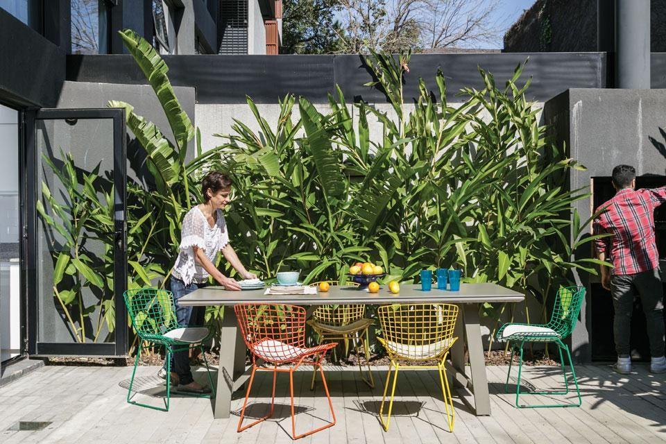 Un marco verde en un jardín de estilo industrial