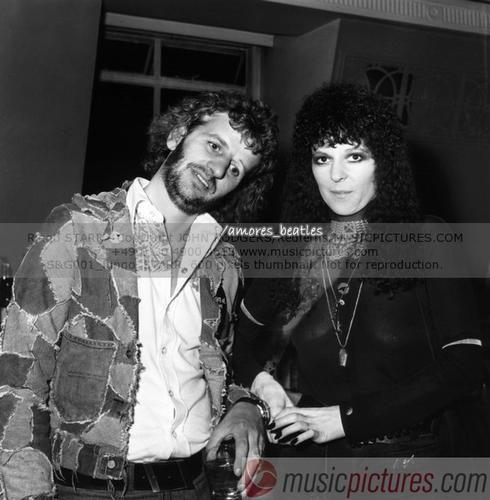 """[i]Jueves 17 de Julio de 1975[/i] - <BR>[i][u][b]Ringo Starr se dvorcia en Londres[/u][/b] <BR> <BR>""""Maureen Cox, la esposa del ex-Beatle Ringo Starr, obtuvo el divorcio de él, tras la demananda de 'Adulterio', por parte del artista, con su amiga americana Nancy Andrews de 24 años de edad. <BR>Ringo quien cumplira 35 este mes, y Maureen de 28 años, no estaban presentes en la audiencia de 3 minutos, cuando el juez Cooper Beryl, dictó la setencia de que el divorcio ya era un hecho…"""