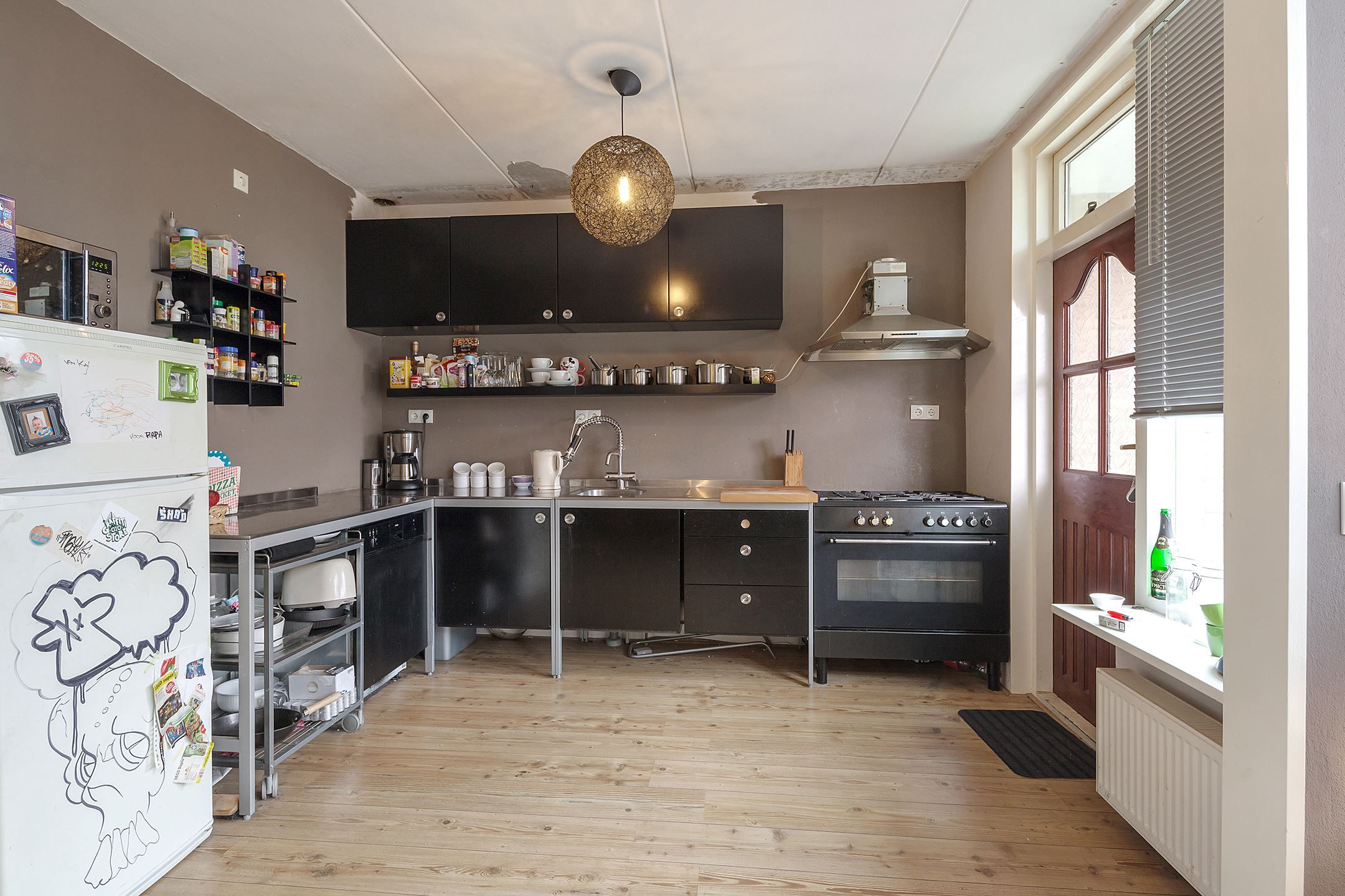 Love love love this kitchen setup. White walls to contrast