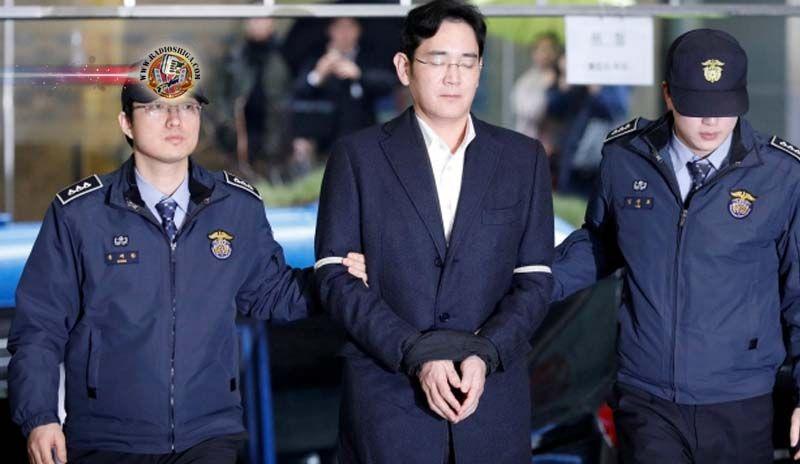 Presidente da Samsung acusado de suborno. O presidente de fato do maior conglomerado da Coréia do Sul, a Samsung Group, foi indiciado, em conexão com um esc