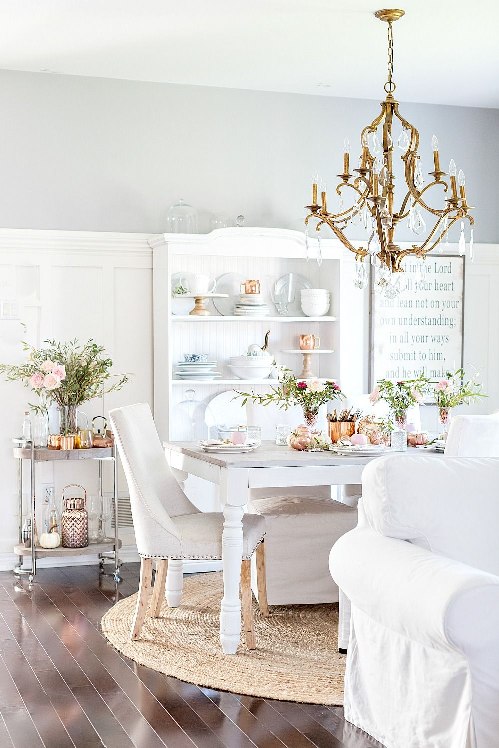 Comedor en blanco. Detalles decoración en rosa y oro rojo ...