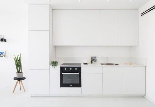 Un Mini Appartamento Total White In Stile Minimal A Tel Aviv Elle Decor Italia Cucina In Muratura Interni Della Cucina Progetti Di Cucine